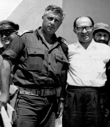 Ο Αριέλ Σαρόν με τον τότε ισραηλινό πρωθυπουργό Μεναχέμ Μπεγκίν