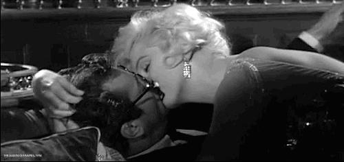 """Μερικοί το προτιμούν καυτό (1959) και η Μέριλιν Μονρό προσπαθεί με όλο της το """"είναι"""" να κάνει τον Τόνι Κέρτις να νιώσει κάτι από το φιλί της. Εις μάτην!!! Επική σκηνή."""