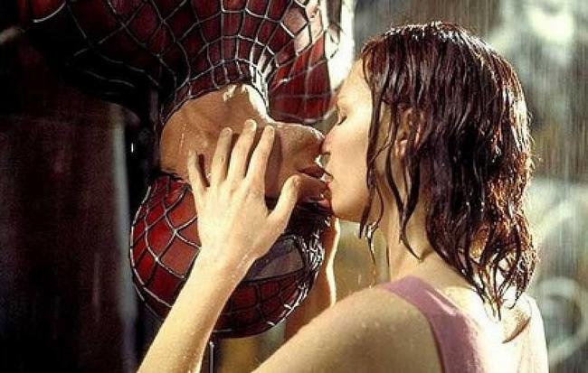 Το ανάποδο φιλί που έδωσε ο Spiderman Τόμπι ΜακΓκουάιαρ στην Κρίστεν Ντανστ έμεινε στην ιστορία. Spiderman (2002).