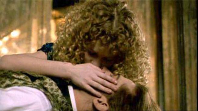 """Συνέντευξη με έναν βρυκόλακα (1994). Η Κρίστεν Ντανστ φιλά το βαμπίρ Μπραντ Πιτ σε ένα φιλί που αρκετά χρόνια μετά θα χαρακτηρίσει ως """"αηδιαστικό""""."""