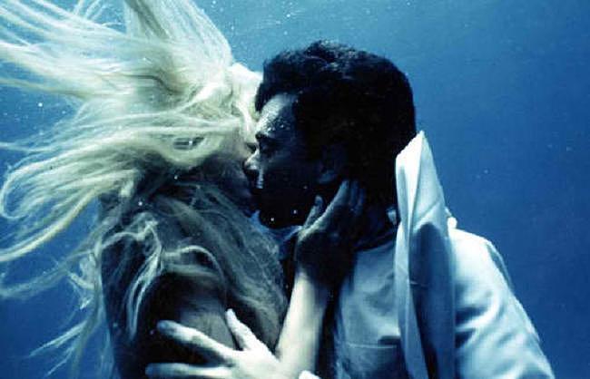 1984 και η Γοργόνα Ντάριλ Χάνα φιλάει με πάθος τον πρωτοεμφανιζόμενο Τομ Χανκς.