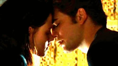 Το πρώτο φιλί που αντάλλαξαν η Μπέλα και ο Έντουαρτ -κατά κόσμον Κρίστεν Στιούαρτ και Ρόμπερτ Πάτινσον- στην πρώτη ταινία του Twilight έγραψε τη δική του ιστορία.