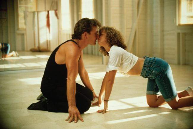 Dirty Dancing (1987). Τσαχπίνικο φιλί επάνω στον χορό για τον Πάτρικ Σουέιζι και την Τζένιφερ Γκρέι.