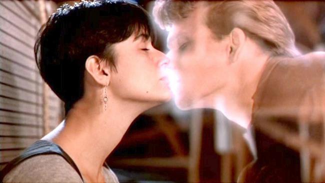 Αόρατος Εραστής (1990) ο Πάτρικ Σουέιζι και το φιλί που αντάλλαξε με την Ντέμι Μουρ έμεινε στην ιστορία.