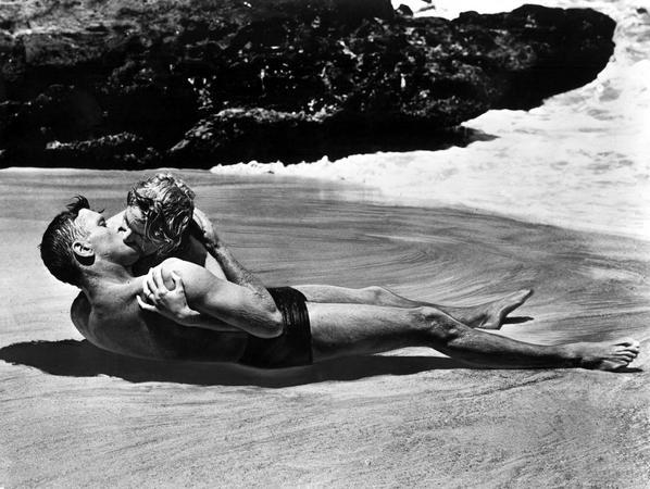 Θρυλική ταινία, θρυλικό φιλί. Όσο υπάρχουν άθρωποι (1953) και ο Μπαρτ Λάνγκαστερ με την Ντέμπορα Κερ ζουν έναν έρωτα απερίγραπτο.