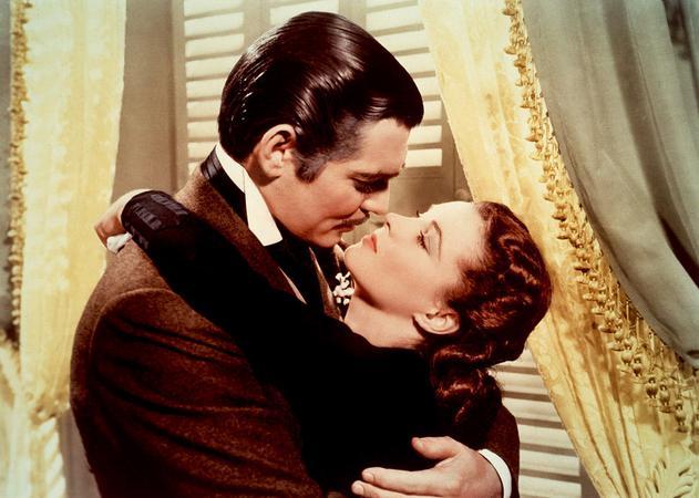 """Όσα παίρνει ο άνεμος (1940). Ποιος δεν θυμάται το φιλί που αντάλλαξαν ο """"Ρετ Μπάτλερ"""" Κλαρκ Γκέιμπλ και η """"Σκάρλετ Ο' Χάρα"""" Βίβιαν Λι."""