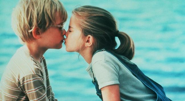 Το κορίτσι μου (1991) και το τρυφερό φιλί ανάμεσα στον Μακόλεϊ Κάλκιν και την Άνα Τσλάμσκι έμεινε χαραγμένο στο μυαλό μας.