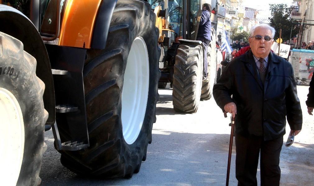 Αγρότες και... γραβάτες μαζί στο μεγάλο συλλαλητήριο της Θεσσαλονίκης κατά του Ασφαλιστικού