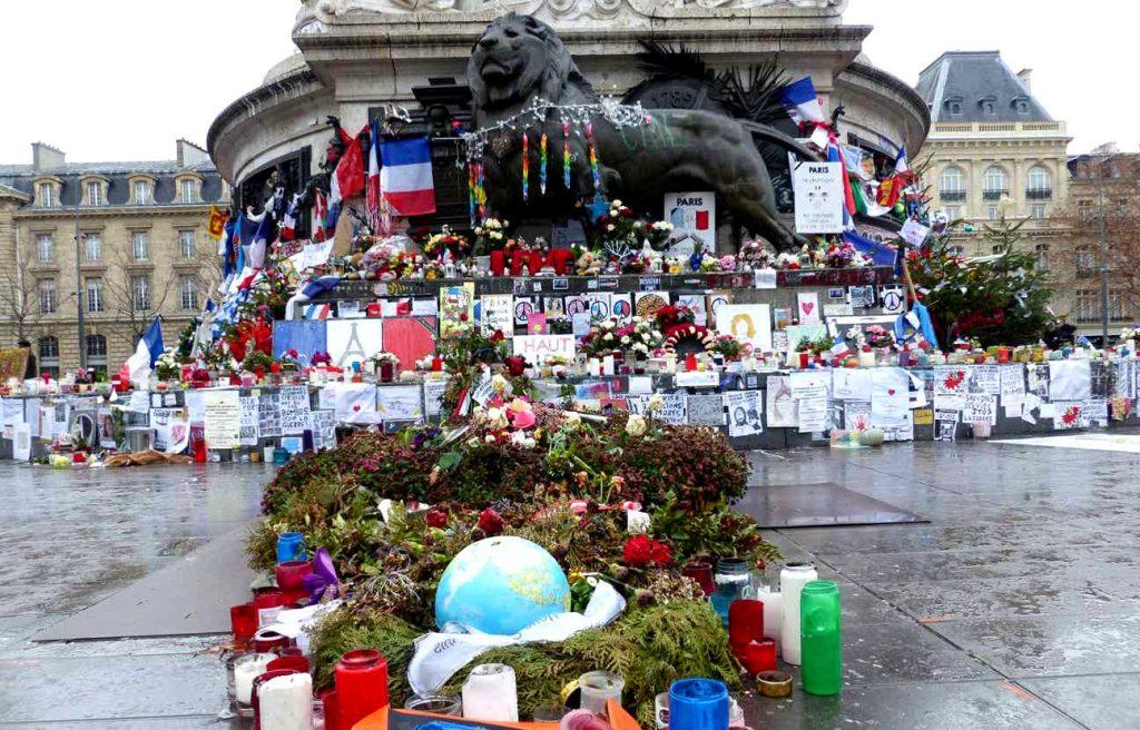 Στην Πλας ντε λα Ρεπουμπλίκ η Γαλλία τιμά τα θύματα των τρομοκρατικών επιθέσεων του 2015