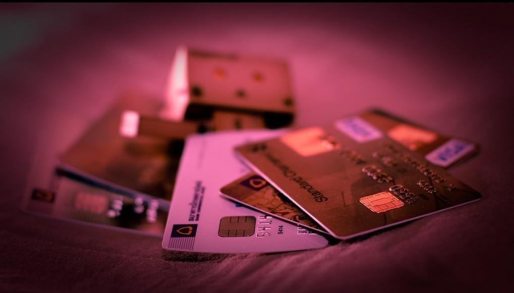 Μέσα στον μήνα η ρύθμιση για το πλαστικό χρήμα – Σχεδιάζονται εξαιρέσεις