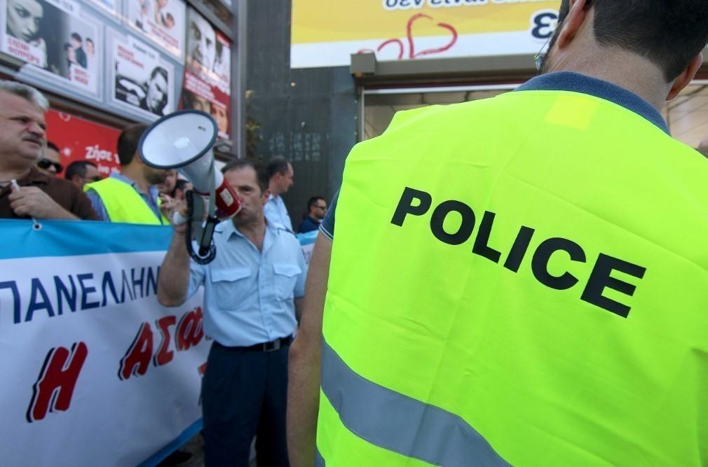 Συγκέντρωση διαμαρτυρίας αστυνομικών έξω από τα γραφεία του ασφαλιστικού τους φορέα