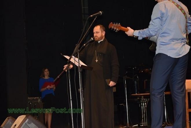 Ιερέας από την Λέσβο τραγουδά το «Λιώμα σε γκρεμό» του Παντελίδη και αποθεώνεται