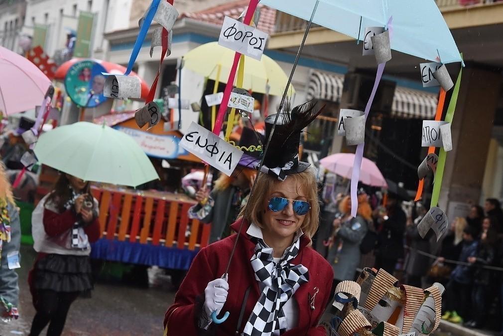 Σε ρυθμούς καρναβαλιού η Πάτρα – 30.000 καρναβαλιστές στους δρόμους για την παρέλαση