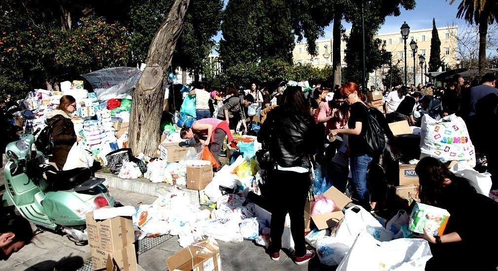 Αυτοί είμαστε οι Έλληνες – Τεράστιο κύμα αλληλεγγύης με ρούχα και τρόφιμα στο Σύνταγμα για τους πρόσφυγες