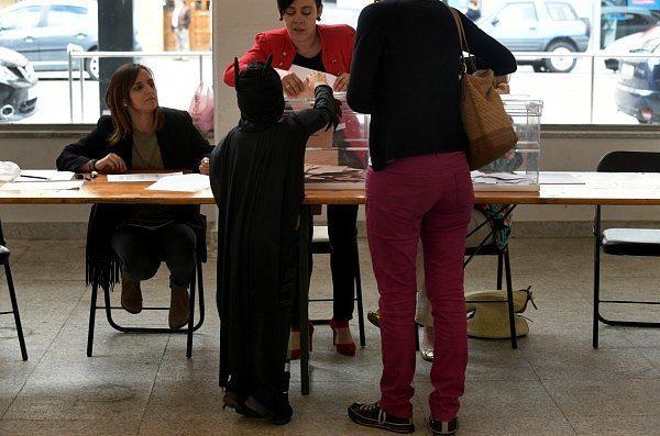 Πιτσιρίκος ντυμένος Μπάτμαν έβαλε το ψηφοδέλτιο στην κάλπη
