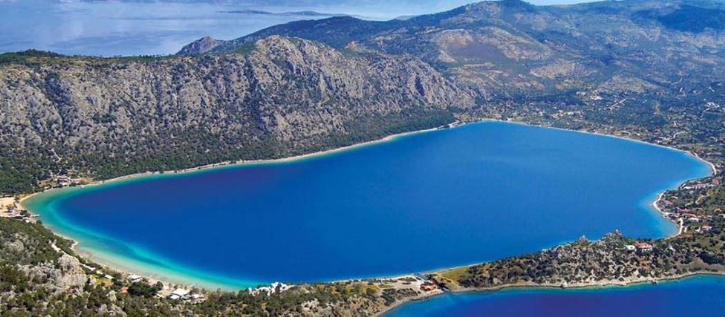 H μαγευτική λίμνη δίπλα στη θάλασσα που απέχει μόλις μία ώρα από την Αθήνα