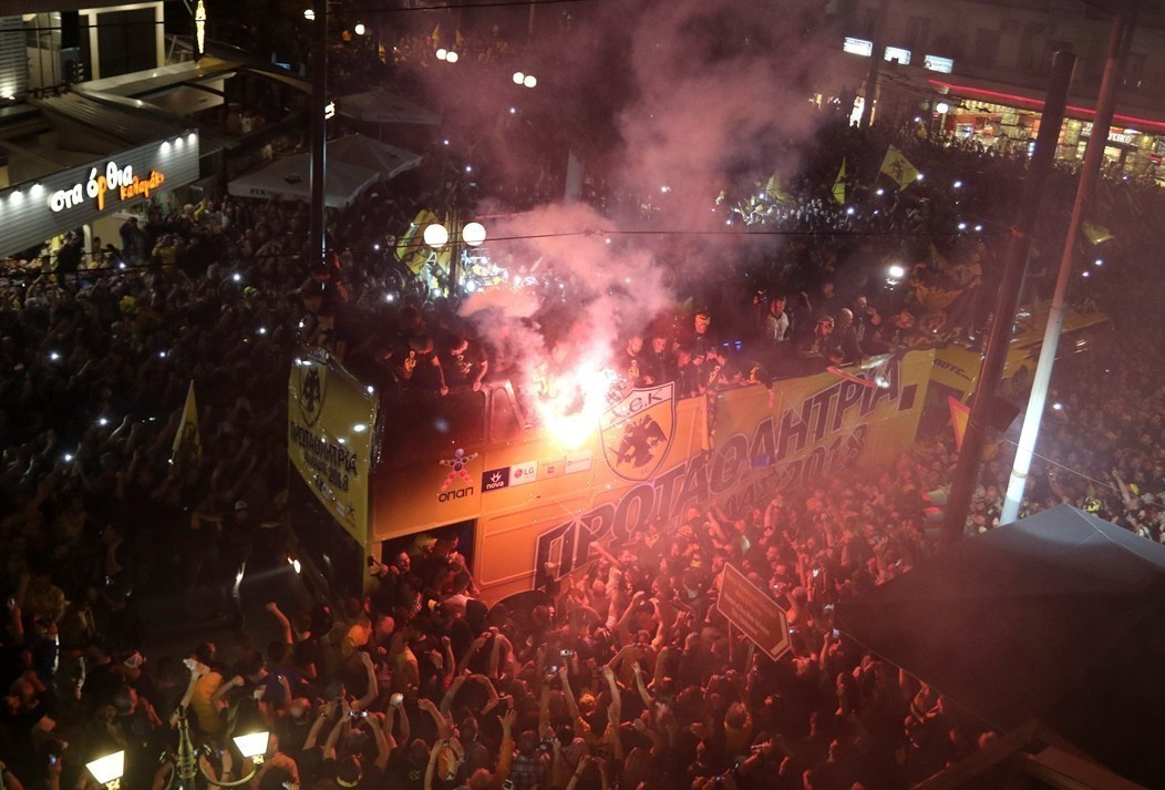 Χιλιάδες οπαδοί της ΑΕΚ δεν πτοήθηκαν από τη βροχή και γιόρτασαν το  πρωτάθλημα f75555eaa28