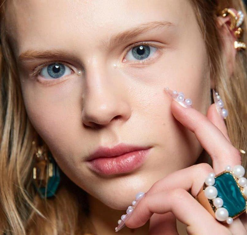 Pearl makeup: Το νέο trend στο μακιγιάζ θέλει μαργαριτάρια στο πρόσωπο