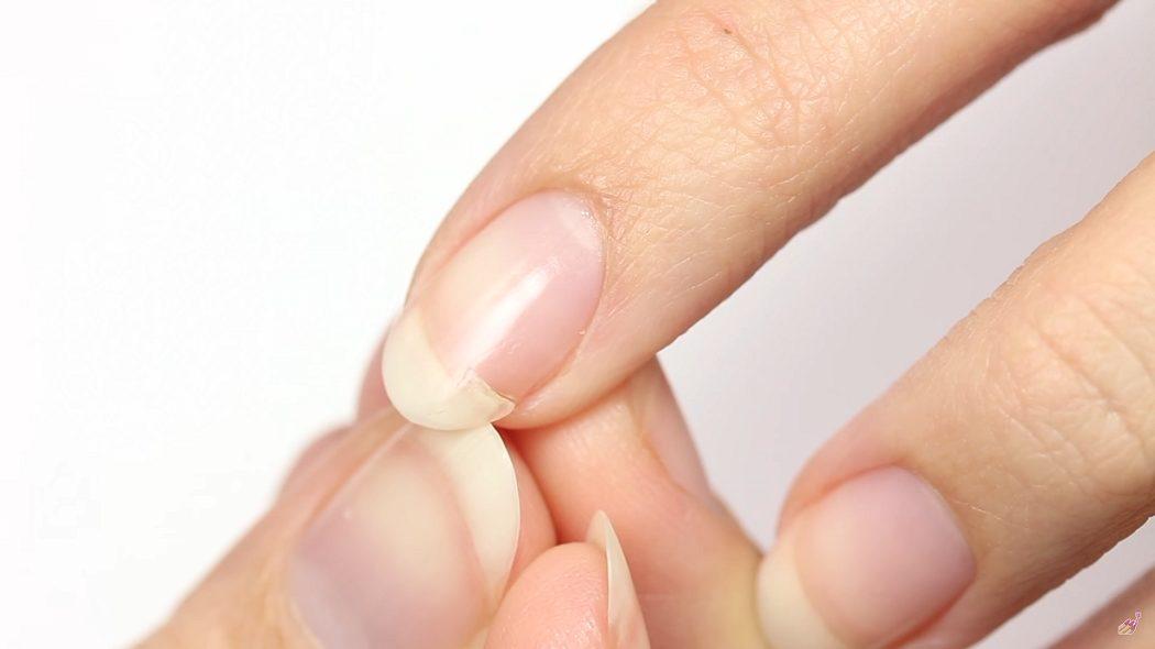 Μία κόλλα νυχιών και ένα φακελάκι τσαγιού είναι αρκετά για να «σώσετε» το σπασμένο νύχι σας (vid)