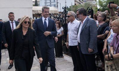 Ο Κυριάκος Μητσοτάκης με τη σύζυγό του Μαρέβα στην κηδεία του Λαυρέντη Μαχαιρίτσα