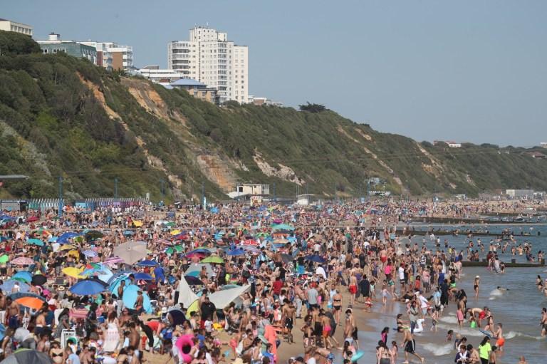 Ξεχύθηκαν στις παραλίες οι Βρετανοί- Απίστευτες εικόνες ...